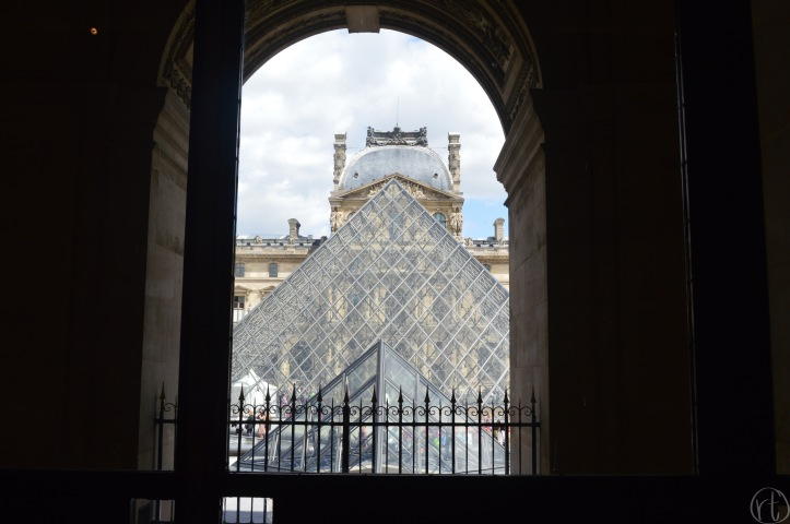 louvre-paris-france-museum-round-trip-travel
